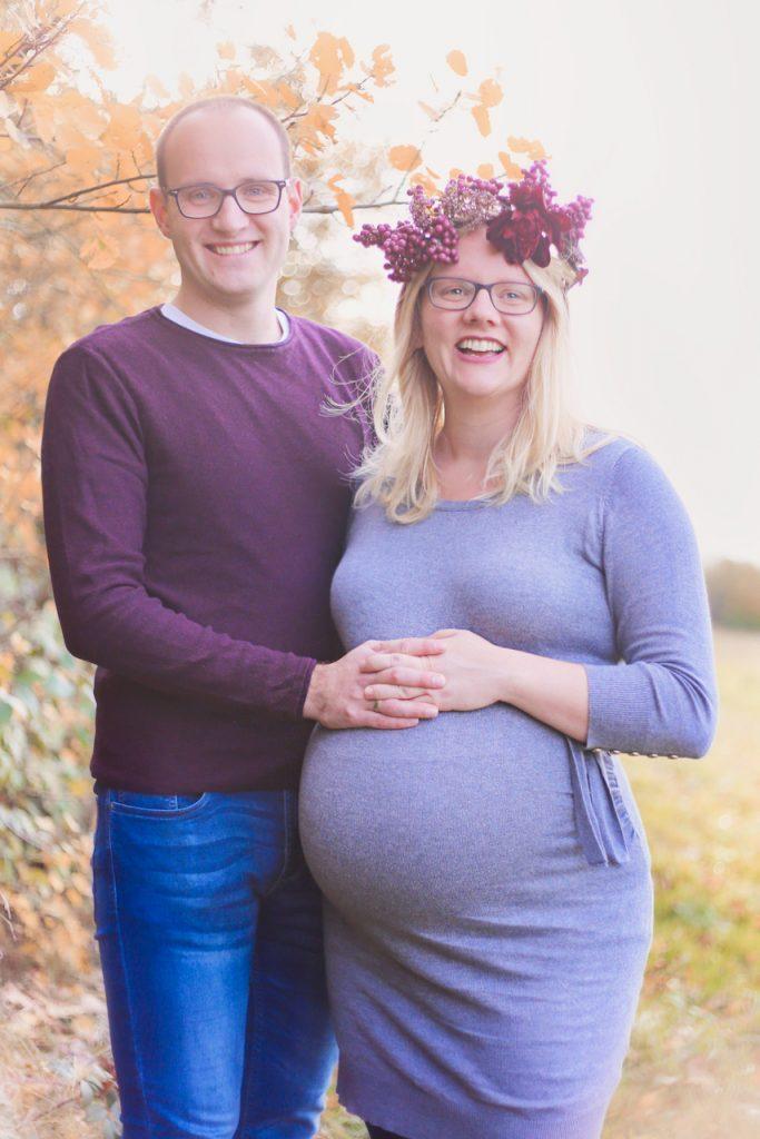 Ein Paar legt seine Hände auf ihren Babybauch