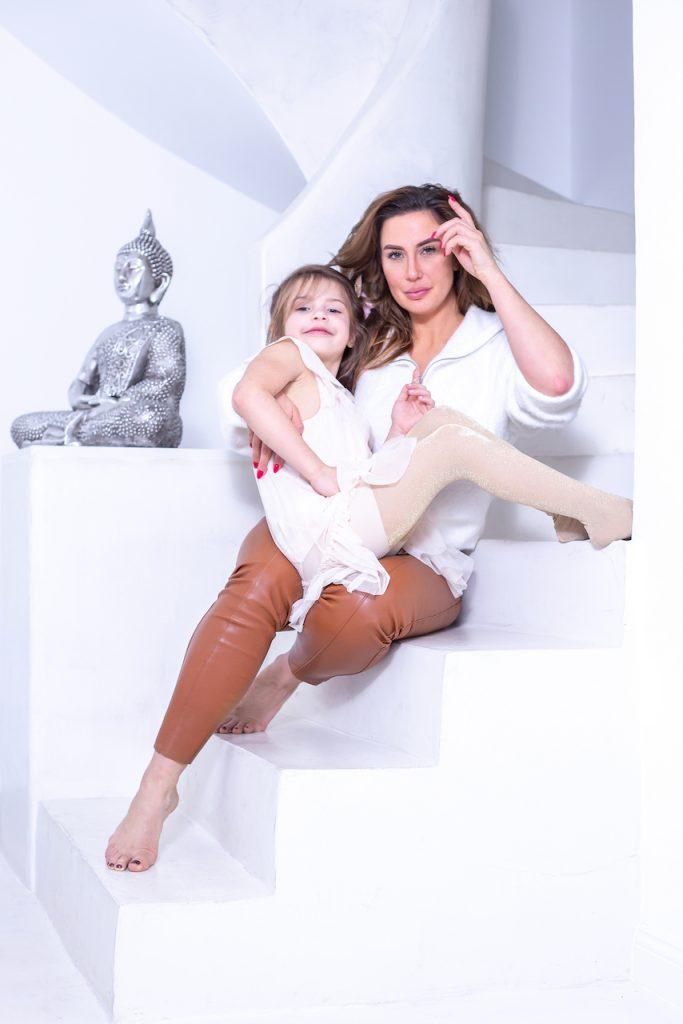 Portraitfoto von Mutter und Tochter auf einer Treppe
